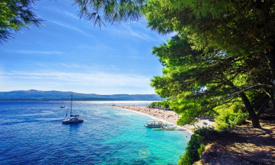Chorwacja katamaran na kotwicy w zatoce nieopodal piaszczystej plaży
