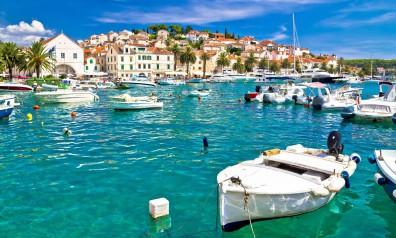 Chorwacja zatoka z kurtami rybackimi, w tle stare miasto.